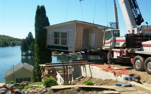 modular home being assembled